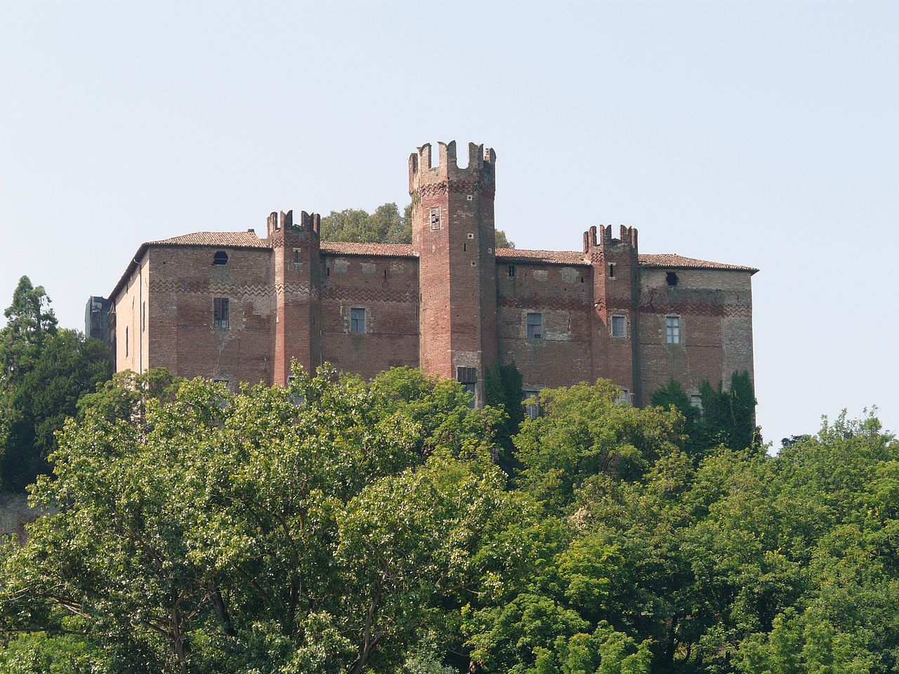 1280px-Pomaro_Monferrato-castello1